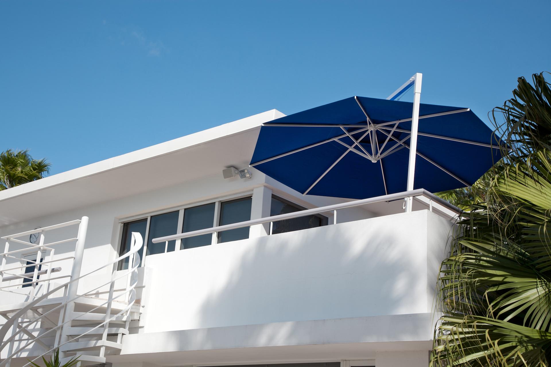 Sonnenschirm Amalfi rund blau Balkon