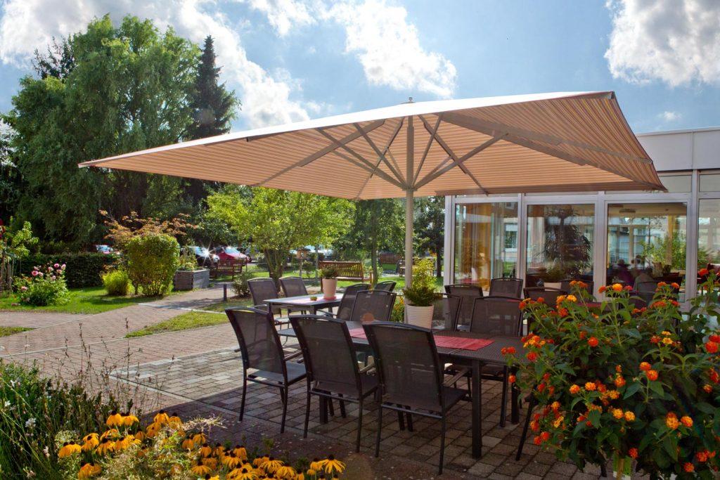 Riesiger Sonnenschirm Gastroschirm Big Ben Quadratisch Weizen Von Caravita Aussenbereich Im Garten 01 1 1024x683