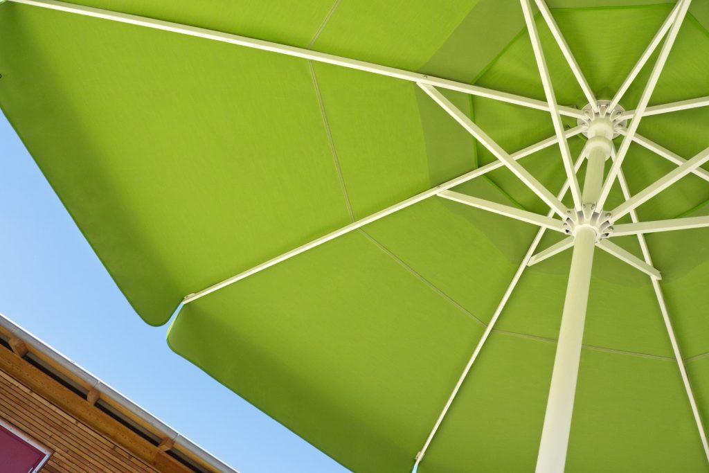 Sonnenschirm Samara Caravita Gastroschirm Grün Himmelblau Volant Windhaube 1024x683
