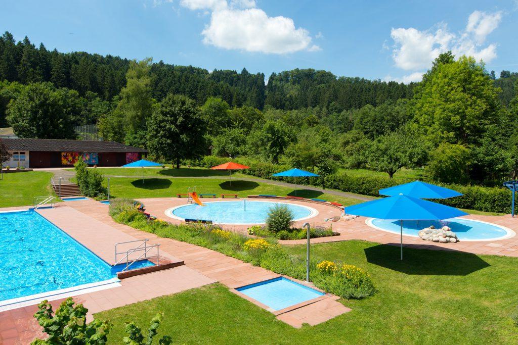 Supremo Sonnenschirm Caravita Rot Blau Quadratisch Freibad Murrhardt 01 1024x683