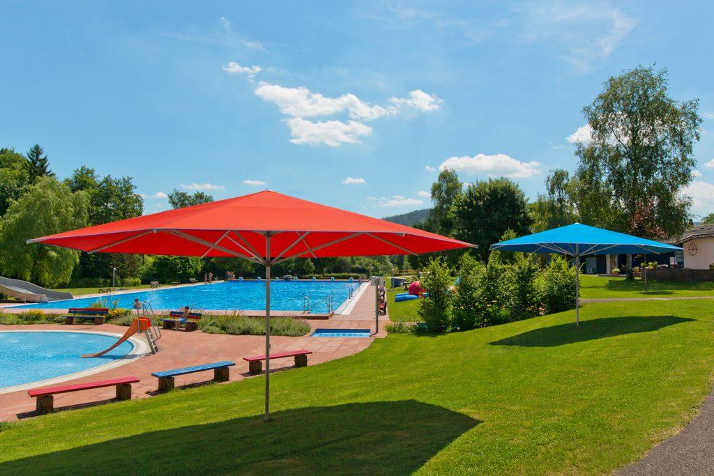 Supremo Sonnenschirm Caravita Rot Blau Quadratisch Freibad Murrhardt 02 1024x683