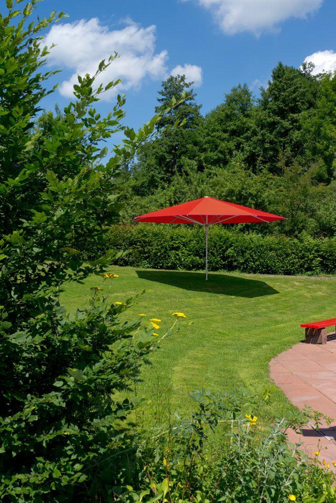 Supremo Sonnenschirm Caravita Rot Blau Quadratisch Freibad Murrhardt 03 683x1024