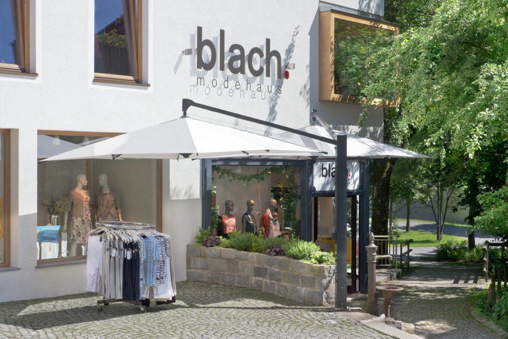Amalfi Duo 2 Sonnenschirm Seitenmastschirm Caravita Weiss Quadratisch Modehaus Blach Grafenau Deutschland 01 1024x683