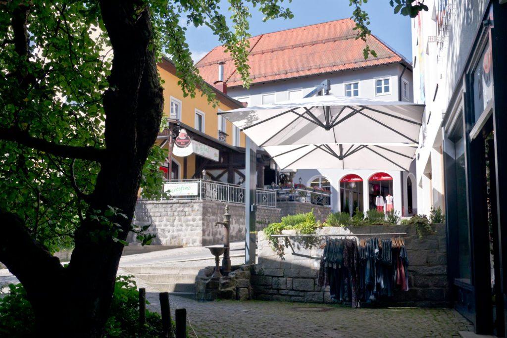 Amalfi Duo 2 Sonnenschirm Seitenmastschirm Caravita Weiss Quadratisch Modehaus Blach Grafenau Deutschland 02 1024x683