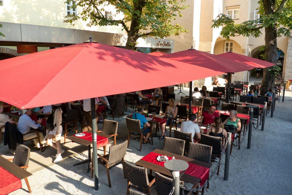 Big Ben Sonnenschirm Caravita Rot Rechteckig Restaurant La Stella Salzburg Oesterreich 01 1 1024x683