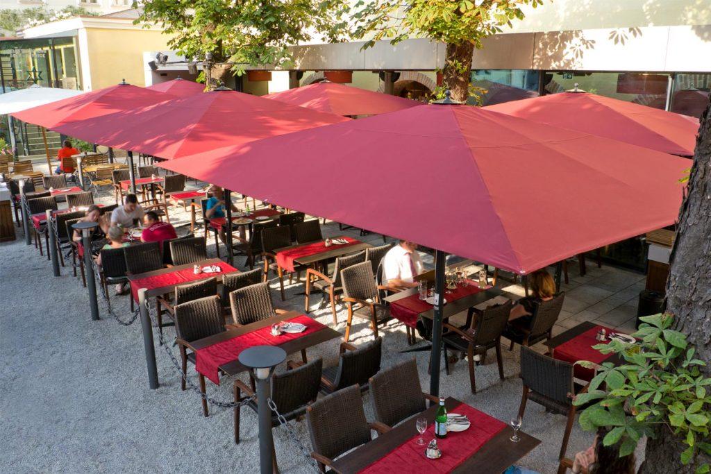 Big Ben Sonnenschirm Caravita Rot Rechteckig Restaurant La Stella Salzburg Oesterreich 02 1024x683