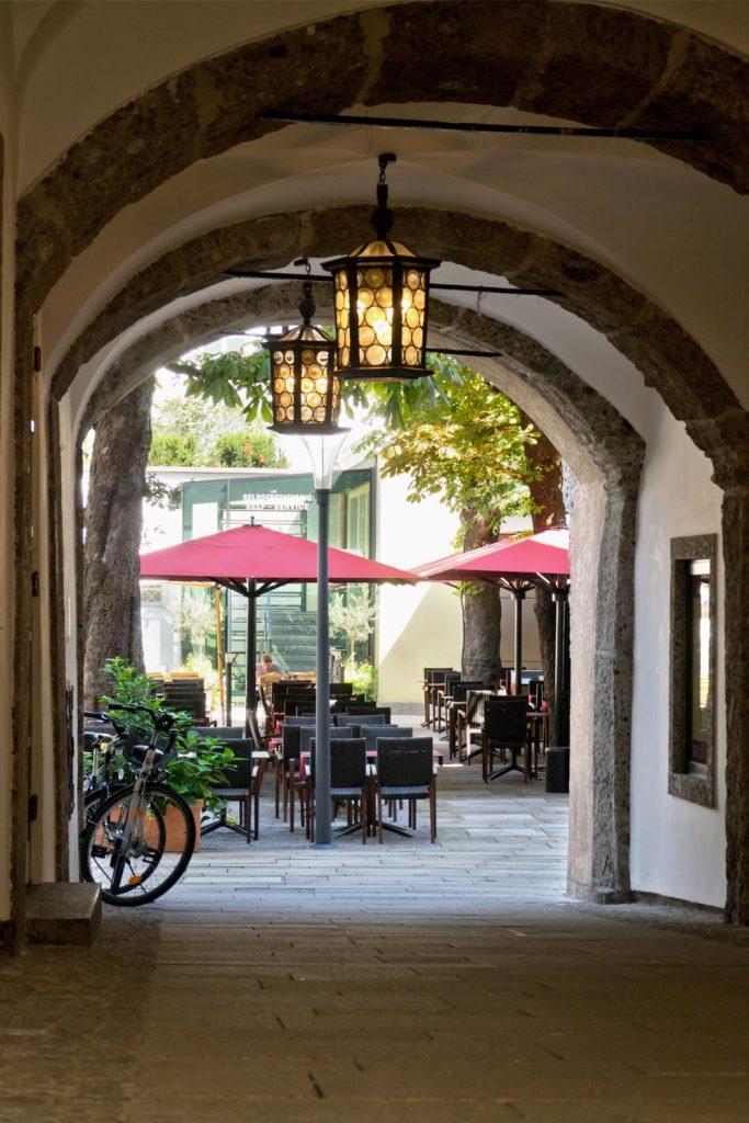 Big Ben Sonnenschirm Caravita Rot Rechteckig Restaurant La Stella Salzburg Oesterreich 03 683x1024