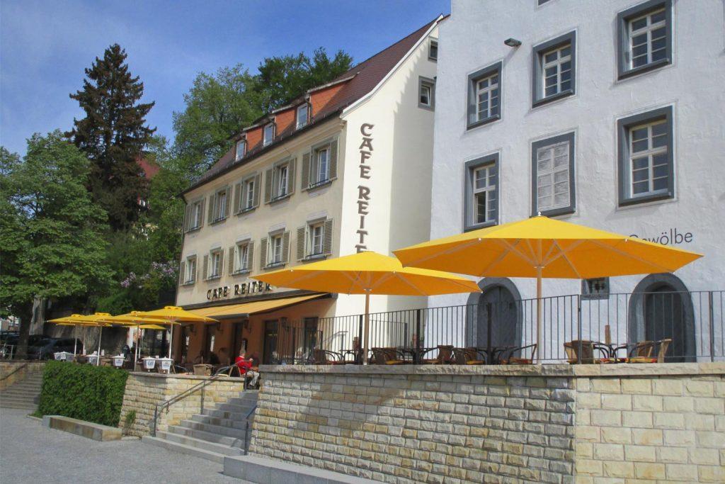 Samara Big Ben Sonnenschirm Caravita Gelb Rund Windhaube Cafe Reiter Donaueschingen Deutschland 01 1024x683