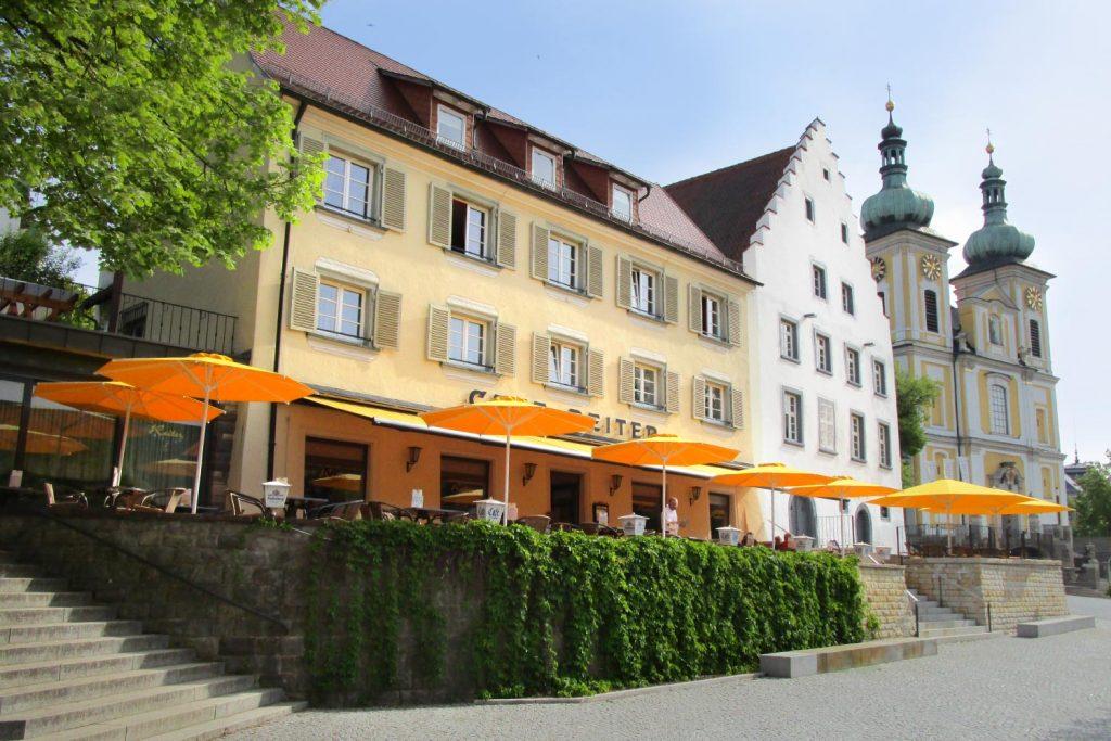 Samara Big Ben Sonnenschirm Caravita Gelb Rund Windhaube Cafe Reiter Donaueschingen Deutschland 02 1024x683