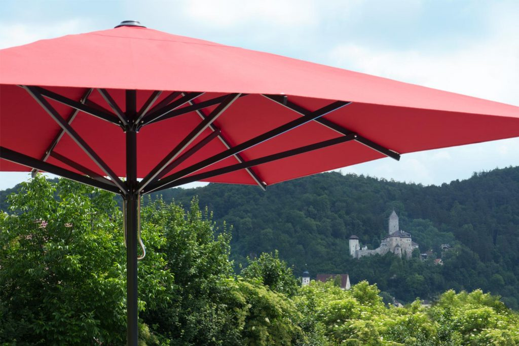 Supremo Sonnenschirm Caravita Rot Quadratisch Freibad Kipfenberg Deutschland 02 1024x683