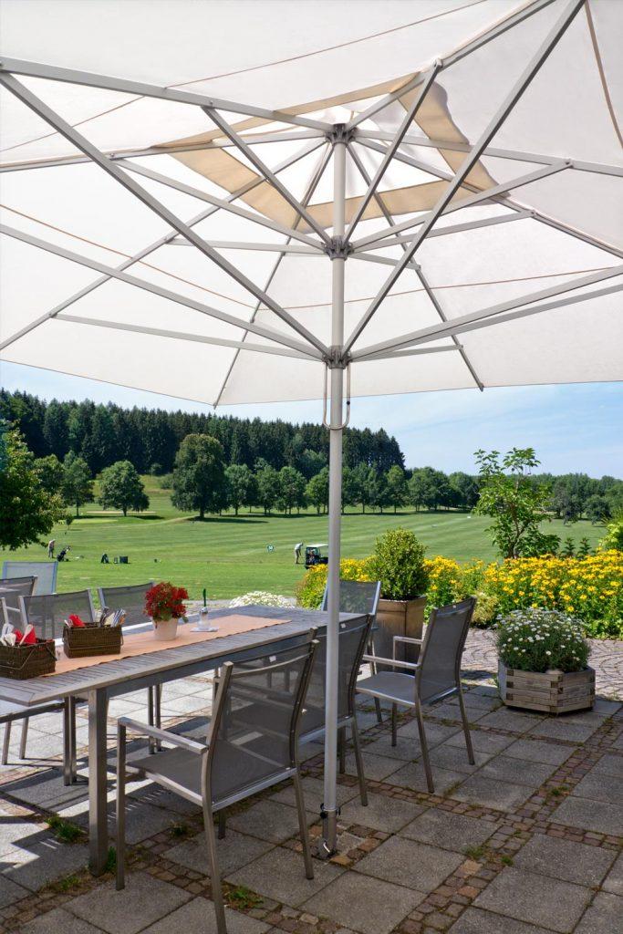 Supremo Sonnenschirm Caravita Weiss Quadratisch Windhaube Golf Club Starnberg Deutschland 01 683x1024