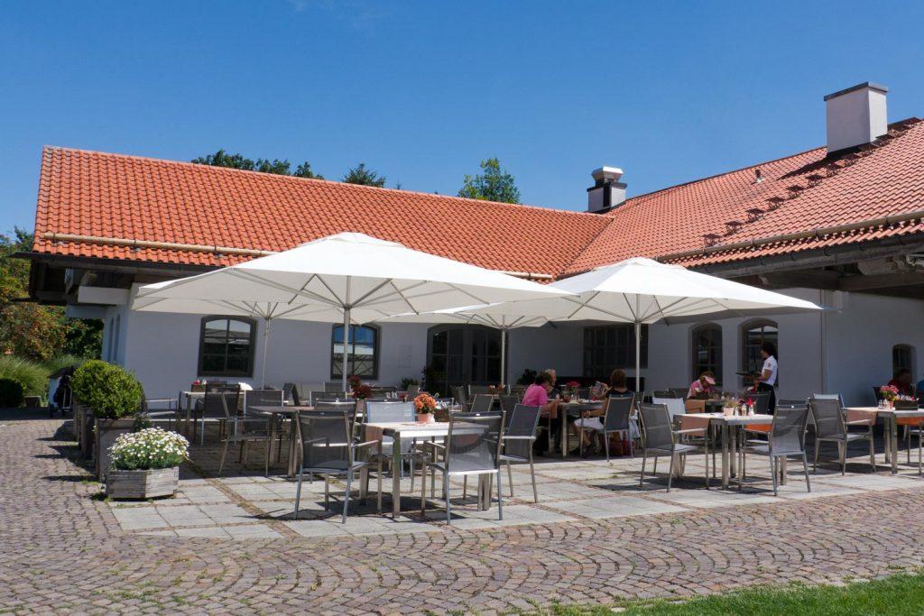 Supremo Sonnenschirm Caravita Weiss Quadratisch Windhaube Golf Club Starnberg Deutschland 02 1024x683