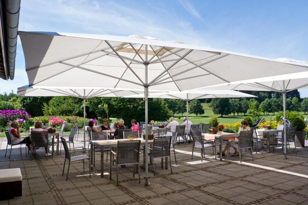 Supremo Sonnenschirm Caravita Weiss Quadratisch Windhaube Golf Club Starnberg Deutschland 03 1024x683